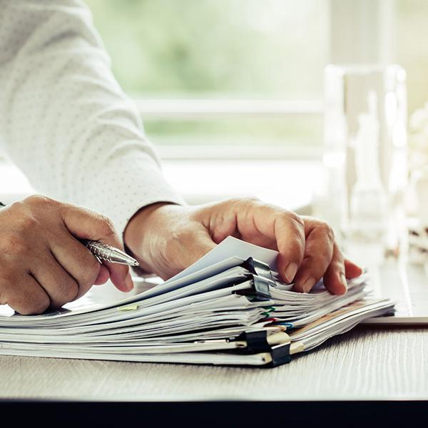 mężczyzna przeglądający dokumenty